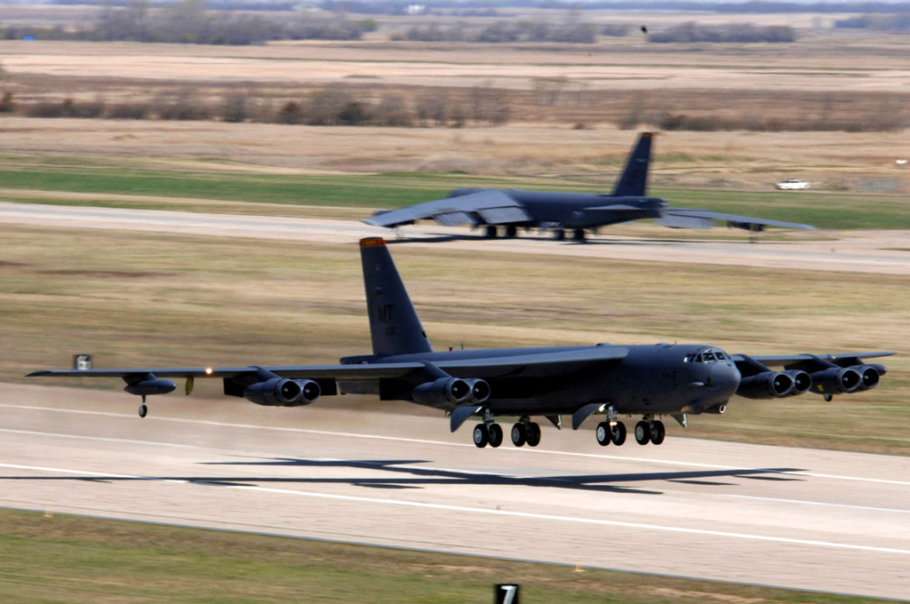 AIR_B-52H_Take-off_lg